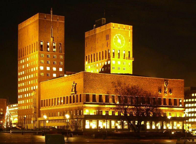 800px-Oslo_Rathaus_bei_Nacht