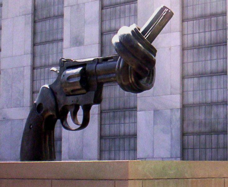 732px-UN-pistole-verknotet