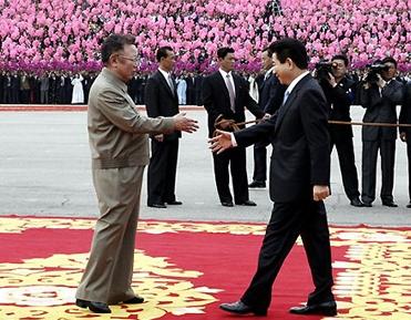 Kim Yong Il und Roh Moo-hyun, die Staatschefs der beiden koreanischen Staaten