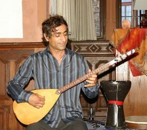 Mustafa Erdogan (EL DINO), Berlin, mit Saz-Instrument