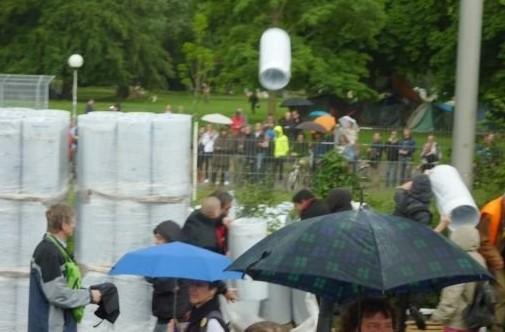 Stuttgart 21: Polizist wirft mit Baumaterial