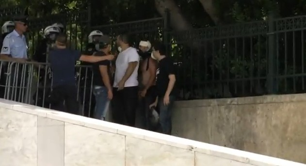 Athen, 28 Juni: maskierter militanter Polizei-Trupp in Zivil mit Uniformierten