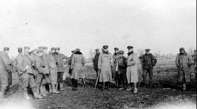 Deutsche und britische Truppen während des Weihnachtsfriedens 1914