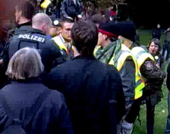 Der Polizei-Trupp in zivil trifft bei BFE-Gruppenführer Glatze ein