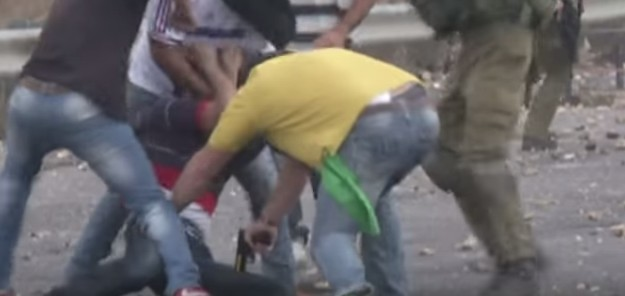 7.Oktober 2015, bei Ramallah: Israelische Besatzungskräfte schießen bereits festgenommenen Palaestinenser an